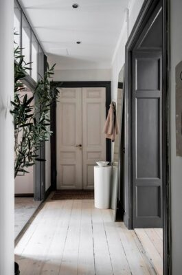 Sherwin-Williams Color of the Year 2021: Urbane Bronze used on architectural molding